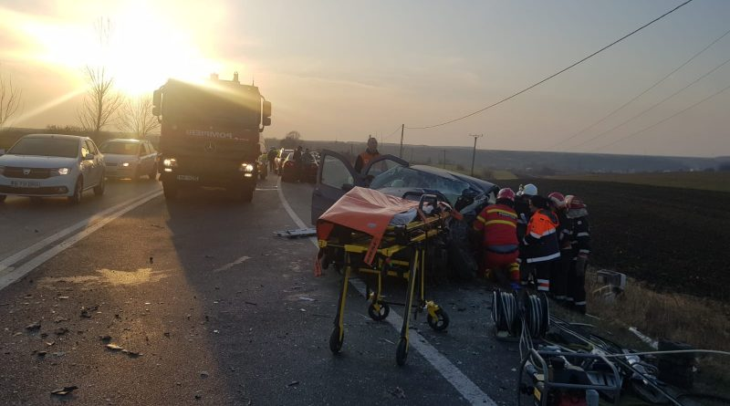 Coliziune între un TIR și două autoturisme, la Negreni. Un șofer a rămas încarcerat și a murit