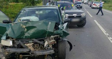Trei autoturisme implicate într-o coliziune în lanţ, la ieşire din Slatina spre Valea Mare
