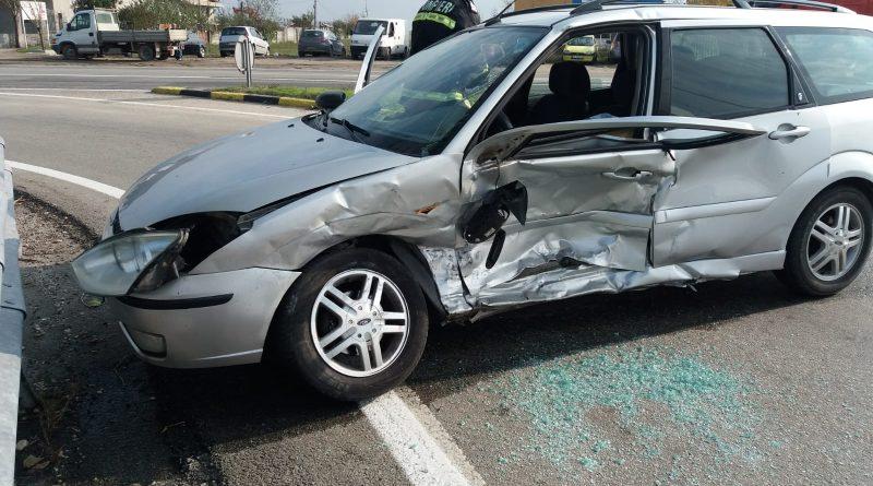 Accident cu trei răniți în intersecția de la Bobicești. Două autoturisme implicate
